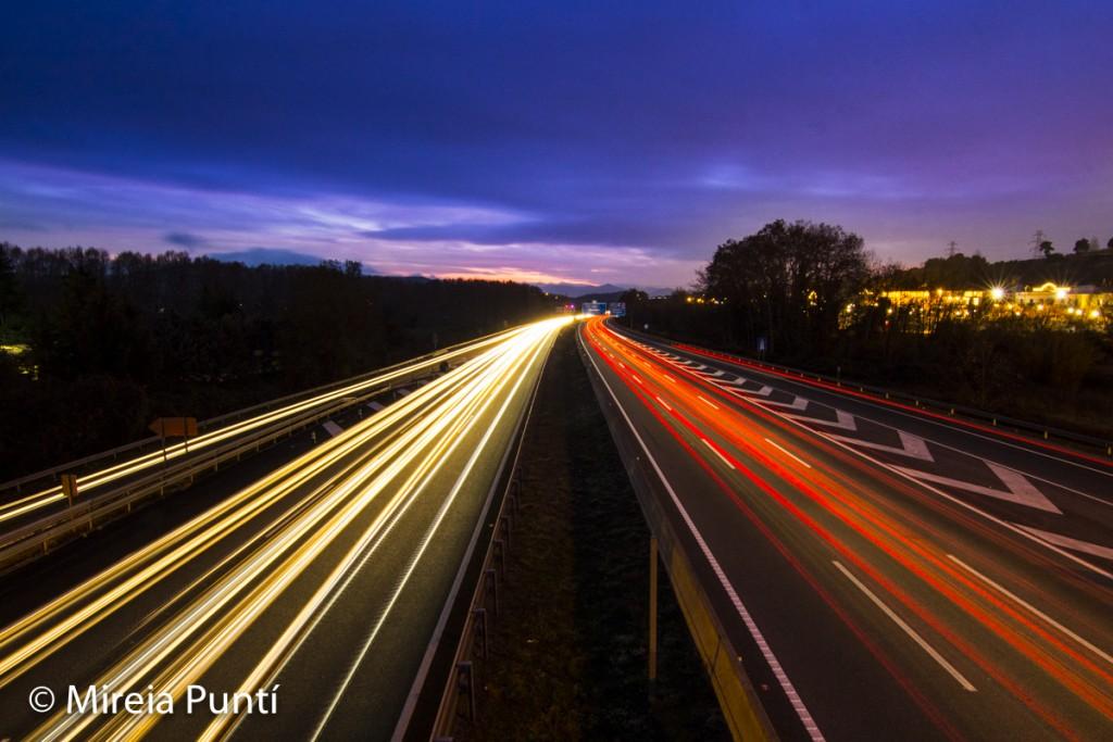 estelas de luz de faros coches