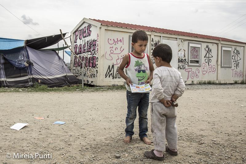 Niños y caseta en el campo de refugiados de Idomeni