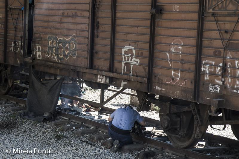 Refugiados debajo de un tren