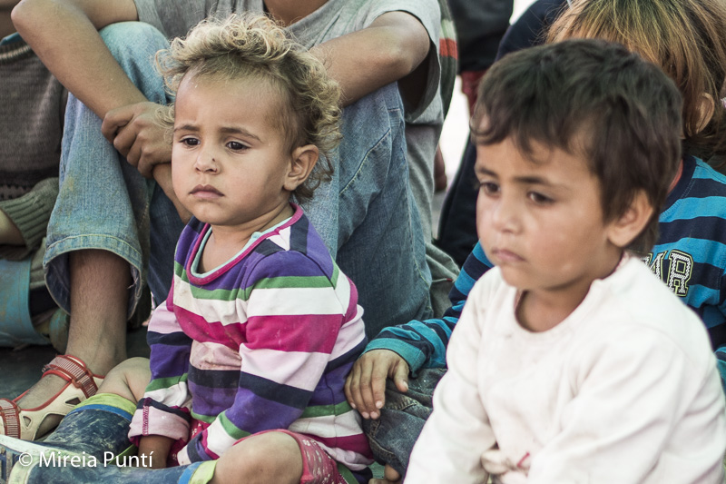 Niños refugiados tristes