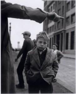 Niño fotografiado por Joan Colom