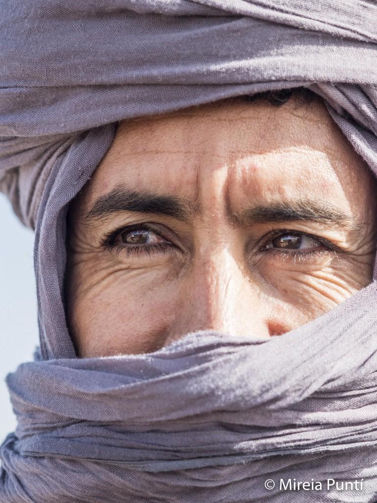 Retrato primer plano de hombre bereber con turbante