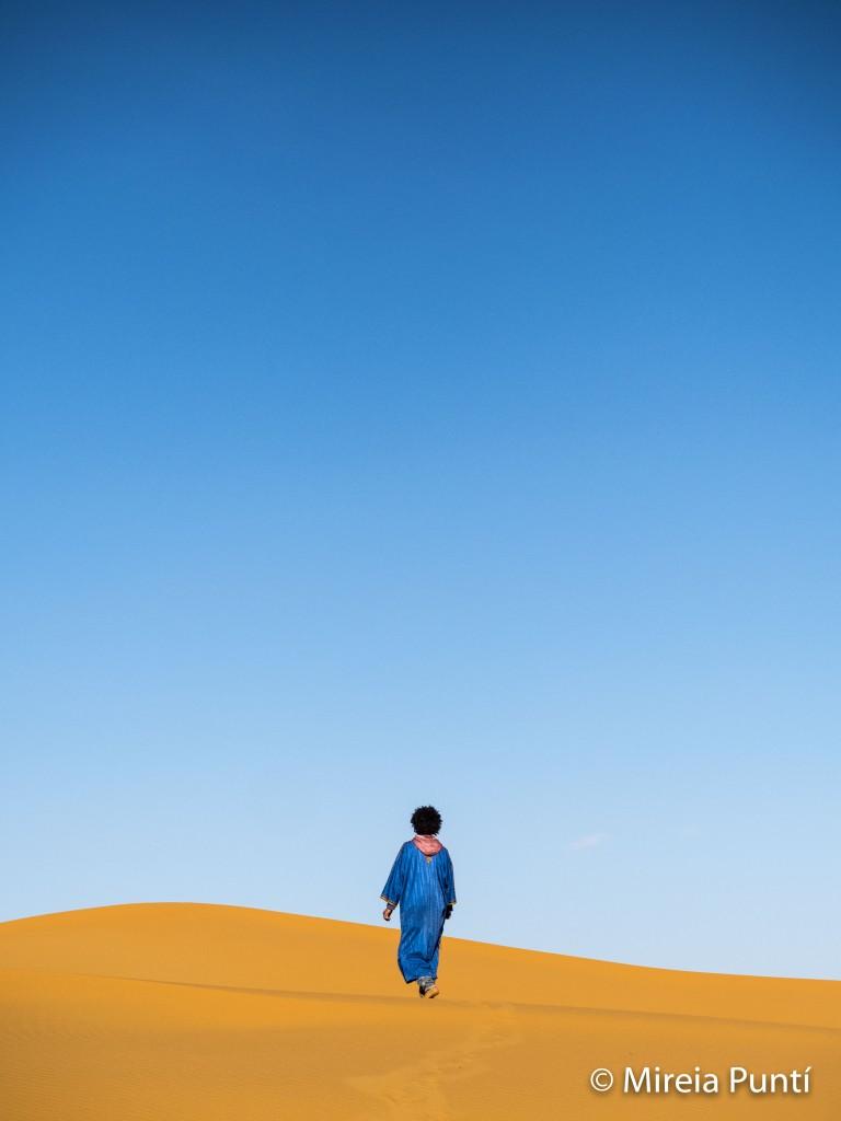 Hombre bereber caminando por el desierto