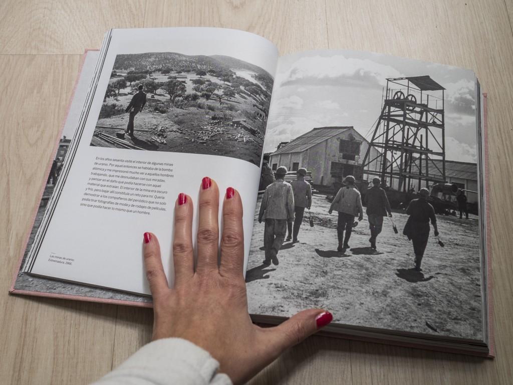 Mineros yendo a trabajar en la mina de uranio