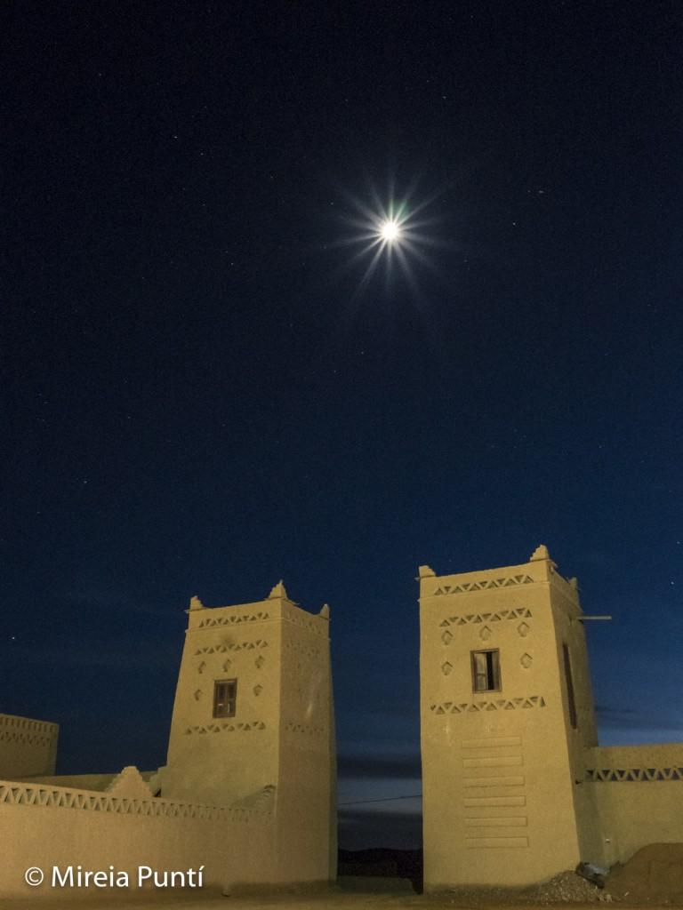 Luna llena en forma de estrella sobre construcción marroquí