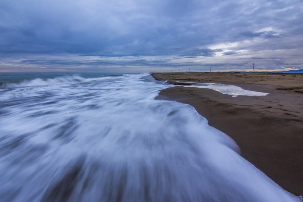Agua sedosa en una playa durante la hora azul