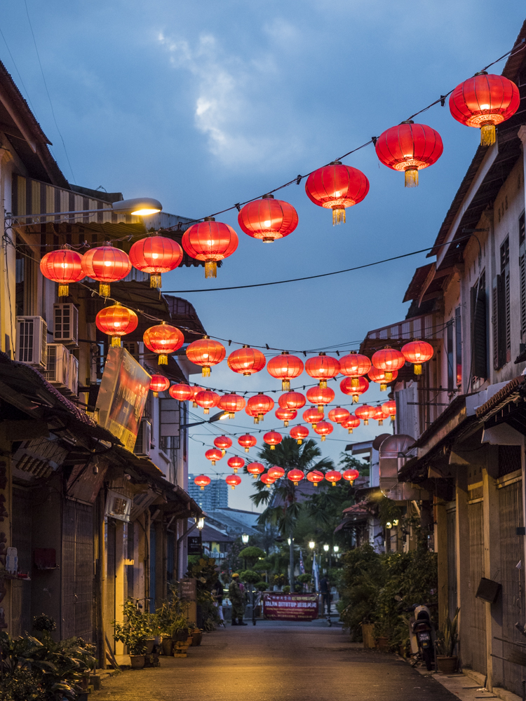 Calle con farolillos chinos rojos en la hora azul
