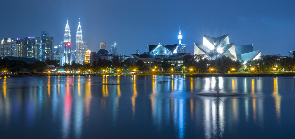 Skyline de los rascacielos de la ciudad de Kuala Lumpur en la hora azul