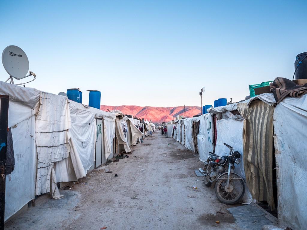 1- Siria se encuentra justo detrás de las montañas. A escasos 15 km se está librando la guerra que ha provocado el mayor éxodo de personas en la historia reciente (más de 5 millones).