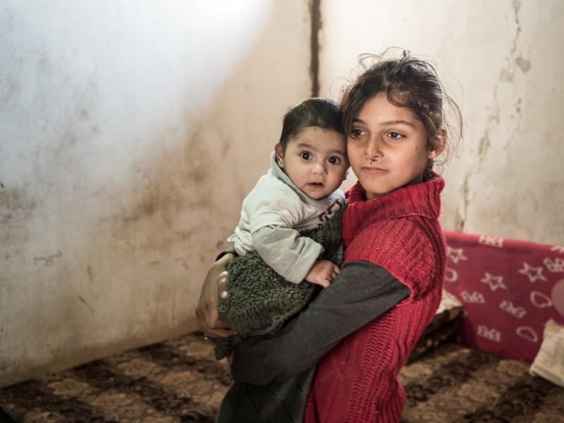 12- Las niñas ejercen de madre cuidando a sus hermanos pequeños.