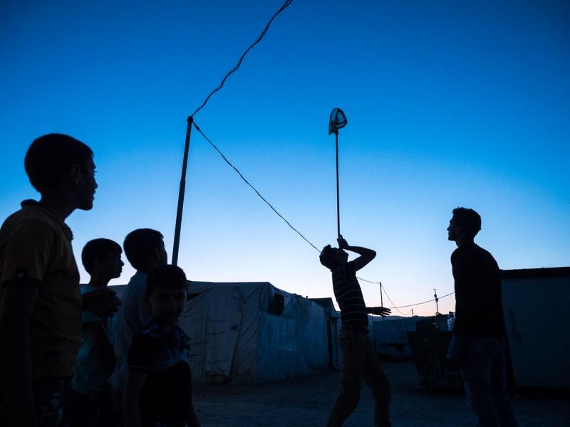 14- Fadi se entretiene jugando con otros chicos del campamento.