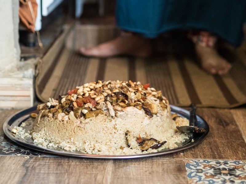 16- Arroz típico árabe, con frutos secos, preparado para comer en el suelo.