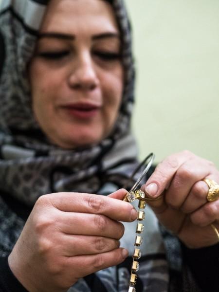 17- Las mujeres hacen artesanía. Para ellas es muy difícil encontrar trabajo. Además de obtener unos ingresos, el hecho de realizar alguna actividad evita que las niñas sean casadas a edades muy tempranas.