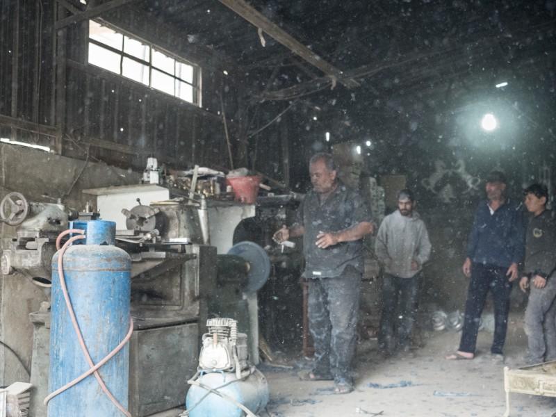 18- Torno fabricado con retales de tejanos que sirve para pulir teteras, candelabros y otros objetos de latón.