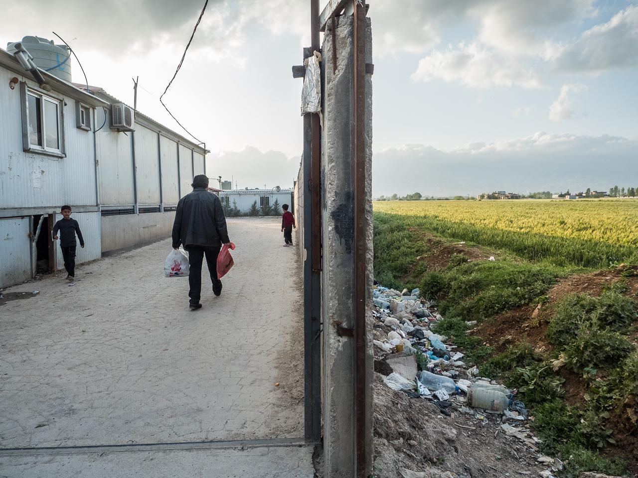23- Un muro delimita el campo de refugiados del exterior.