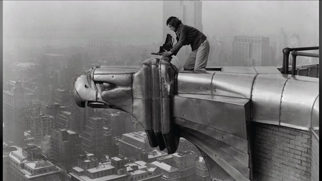 Margaret Bourke-White trepó fuera de su estudio en el piso 61 del Chrysler Building para encaramarse en un águila de acero a 800 pies sobre el nivel del suelo y obtener una panorámica de Nueva York.