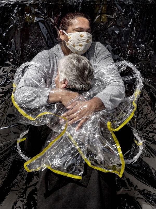 "Imagen ganadora del World Press Photo, ""El primer abrazo"", de Mads Nissen."