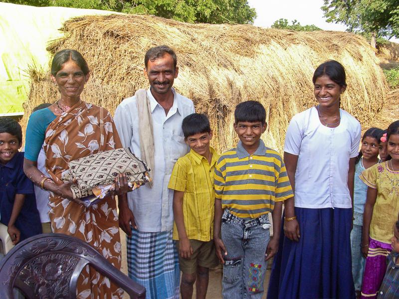 Mustaph, el niño del polo a rayas, con su familia.